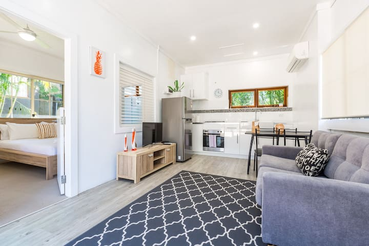 Stylish and Central with Free Parking - near Beach