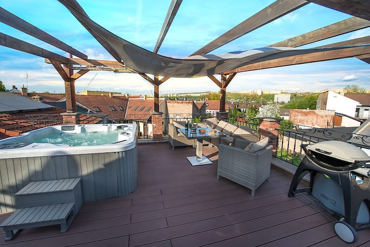 Glamorous Jacuzzi Loft Apartment with Roof Terrace