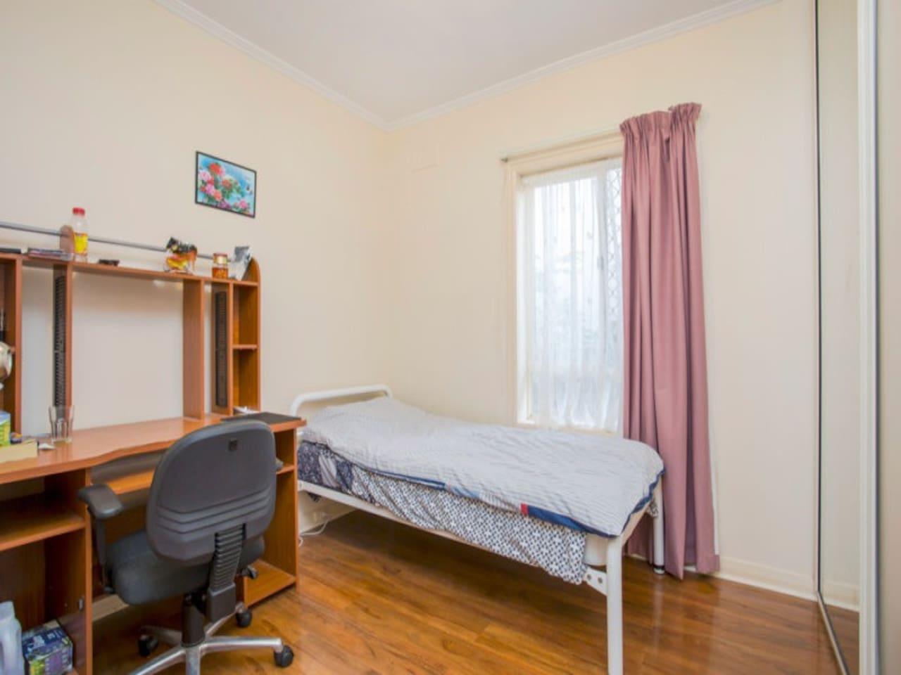 可供出租的单人房, 内置书桌,衣橱等家具。
