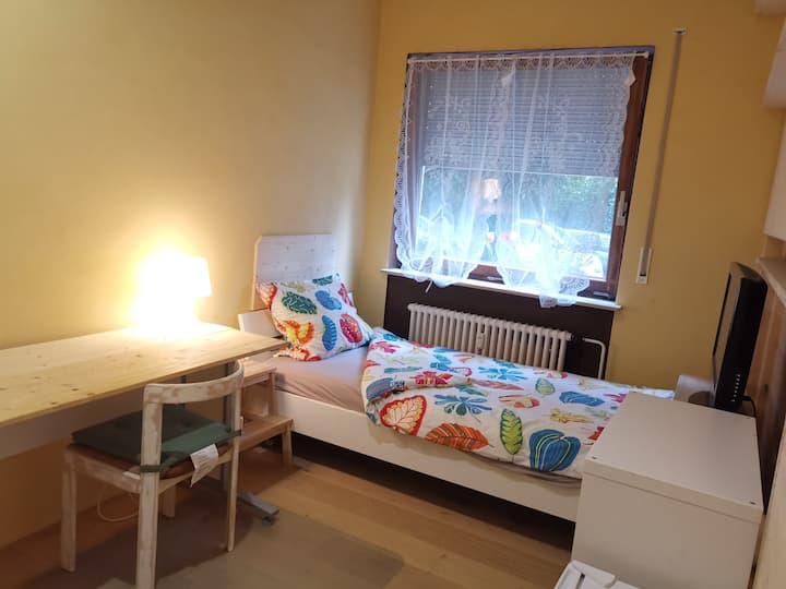 Single bed near airport, stadium & UniKlinik (2)