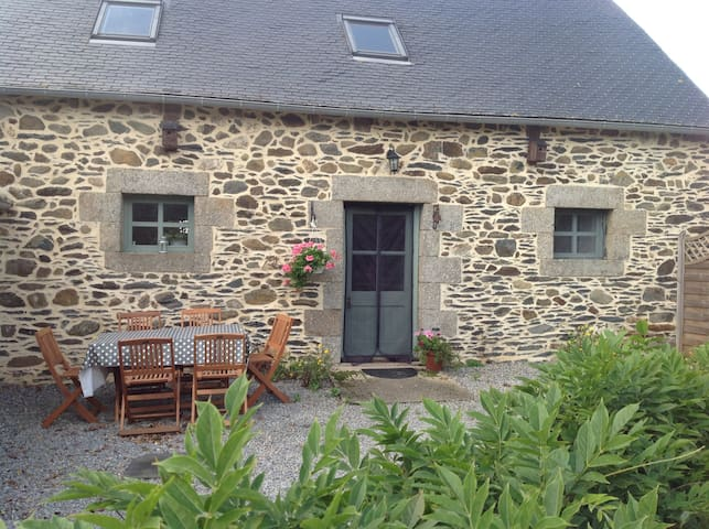 Cottage with private heated pool and free wifi.