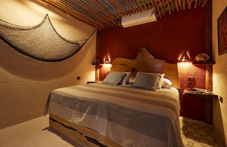 """La recamara cuenta con cama king size , ventilador de techo , aire acondicionado y smart tv 50"""" UHD"""
