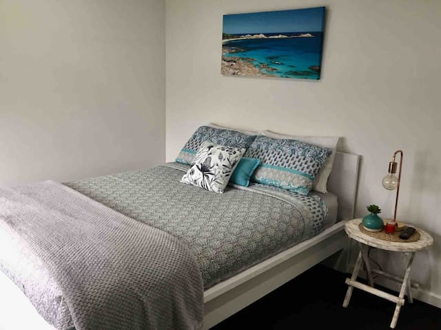 This room has a Queen size bed including linen and towels. The room has a mirrored wardrobe, TV and ceiling fan . It overlooks the lake so you get to see the morning sun rise and is located down the other end of the home near the bathroom and toilet.