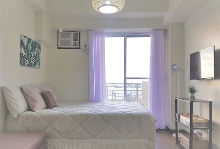 Cozy 1BR QC Resort Condo w/ Fiber Wifi + Netflix