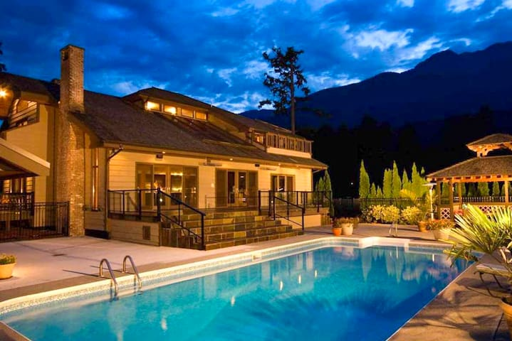 Master bedroom in a big house with private garden - Squamish - Huis
