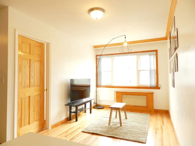 Spacious Woodside room close to all transporations