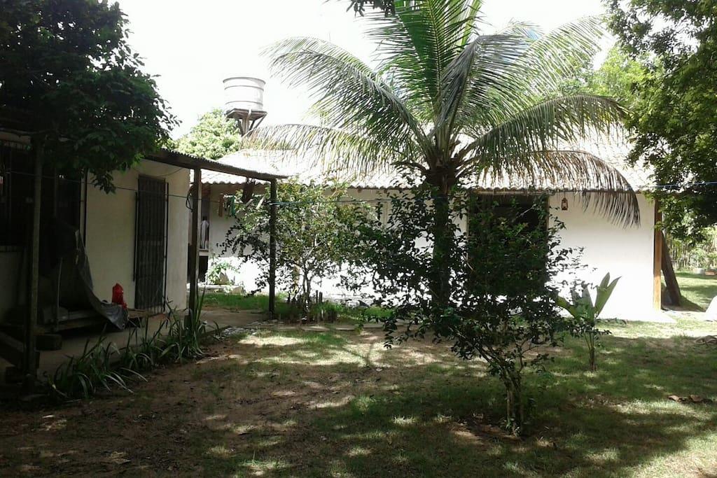Vista externa da casa. Amplo jardim arborizado. Regência/ES