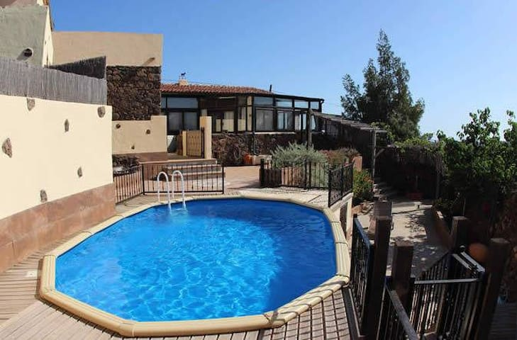 Charming Villa with Stunning Volcanic Views & Pool - La Oliva - House
