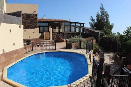 Charming Villa with Stunning Volcanic Views & Pool - La Oliva - Hus