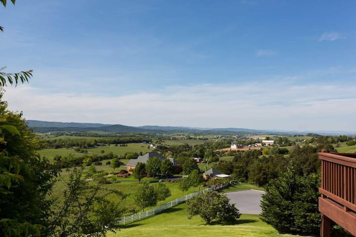 Panoramic Mountain Views minutes from Downtown!