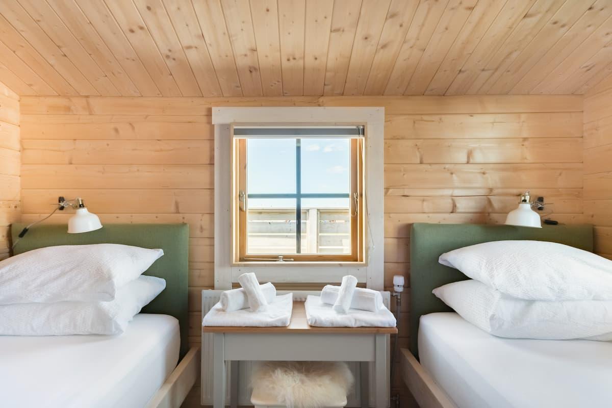 Cozy, Light-Filled Cabin in Njardvik