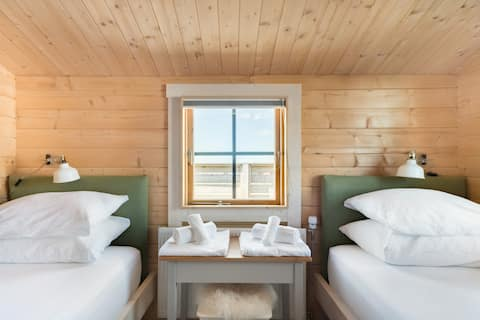 Cozy, Light-Filled Cabin in Njardvik