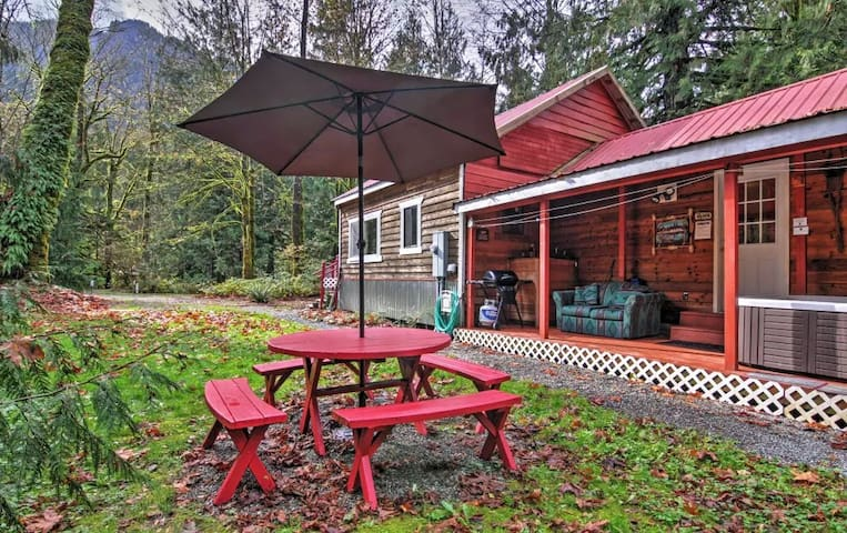 2BD Puget Sound Cabin w/ Hot Tub Near Skiing! - Gold Bar - Stuga