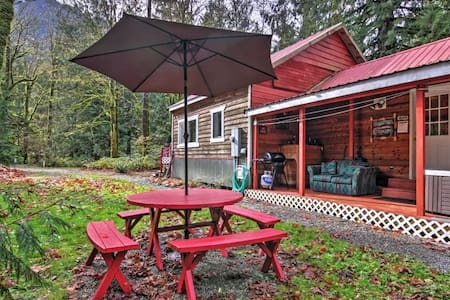 2BD Puget Sound Cabin w/ Hot Tub Near Skiing! - Gold Bar