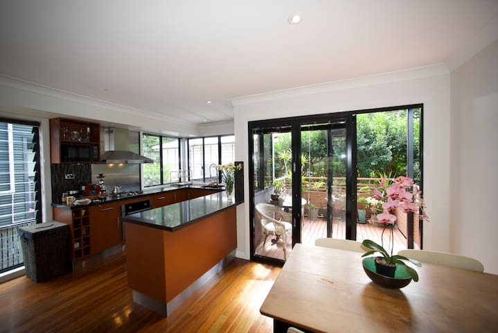 Private Room for 2 with Tropical Garden and Spa - Annerley - House