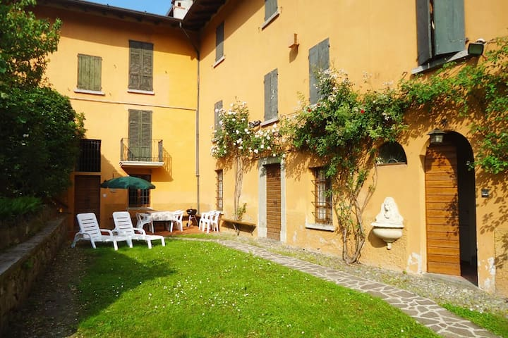 Appartamento con giardino palazzo storico sul lago