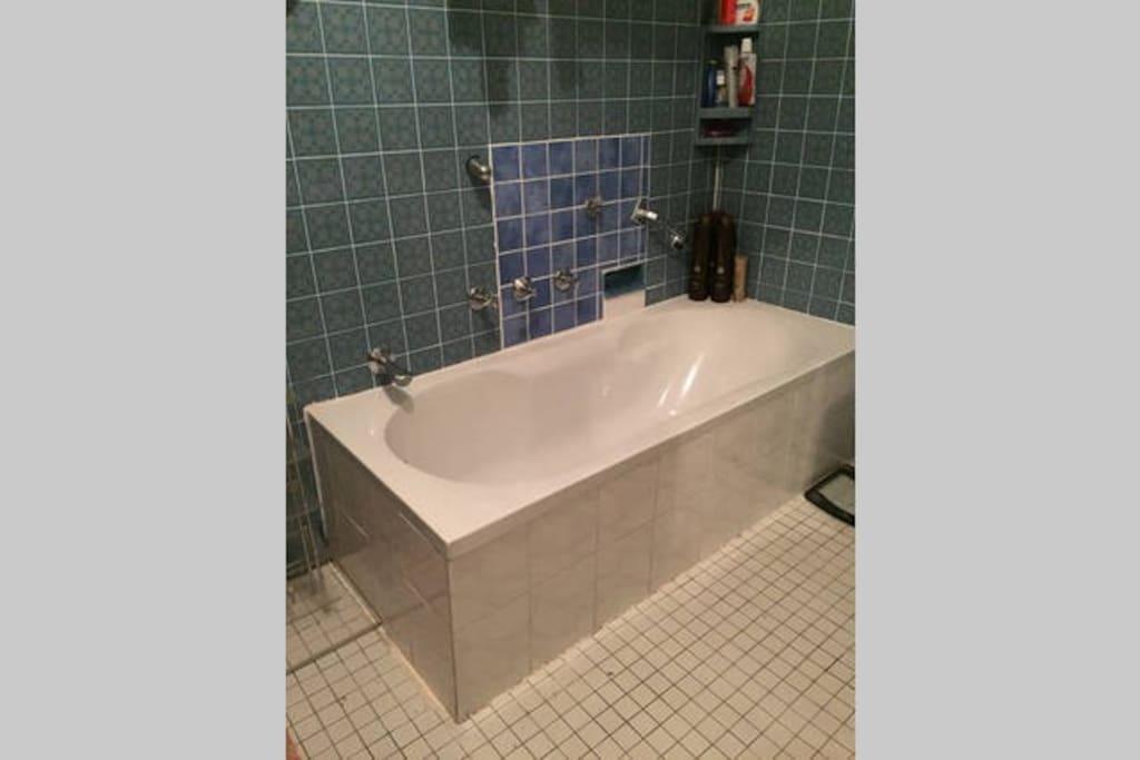 shared bathroom / Badewanne im gemeinsamen Badezimmer