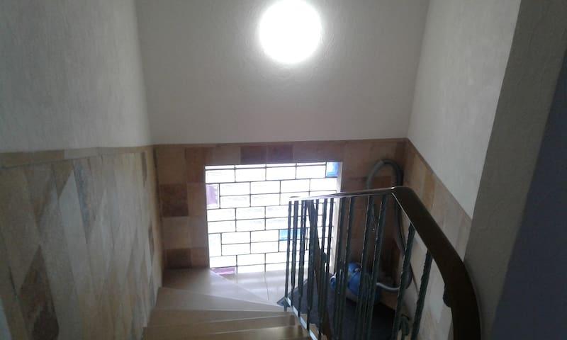 Treppenhaus zu den  Zimmern im OG.