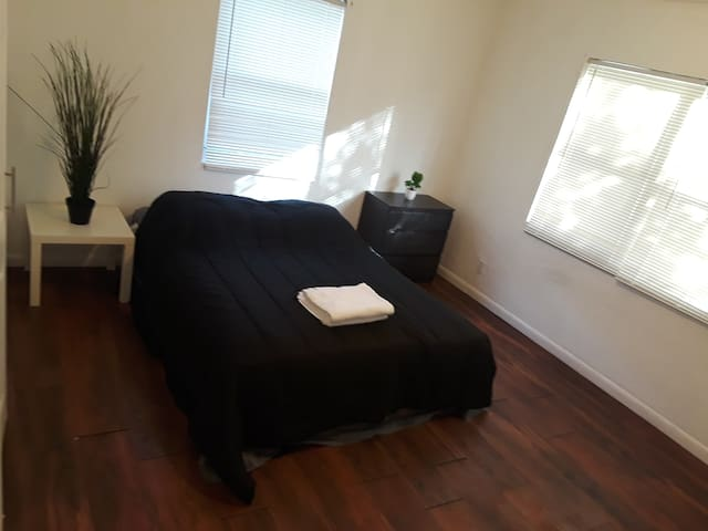 Comfortable private room,  hollywood beach 10min
