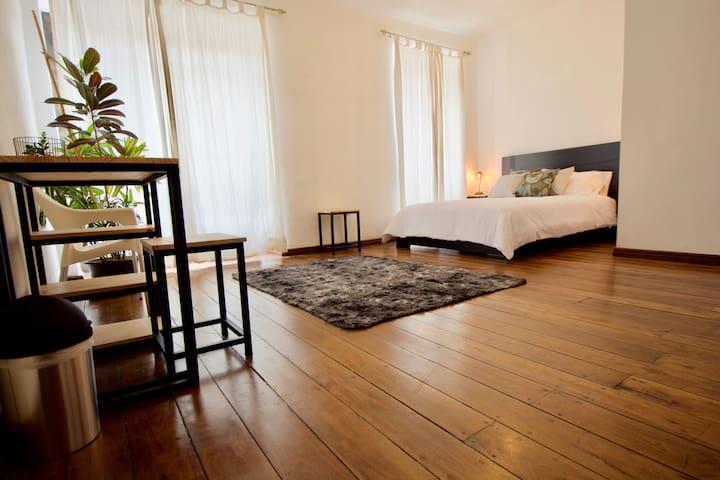 ❤️B&B Suite w/Balcony HistoricArea WiFi+HotShwr