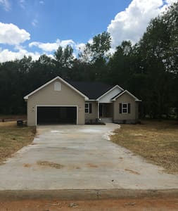 New House - 8 minutes from Georgia College Campus!