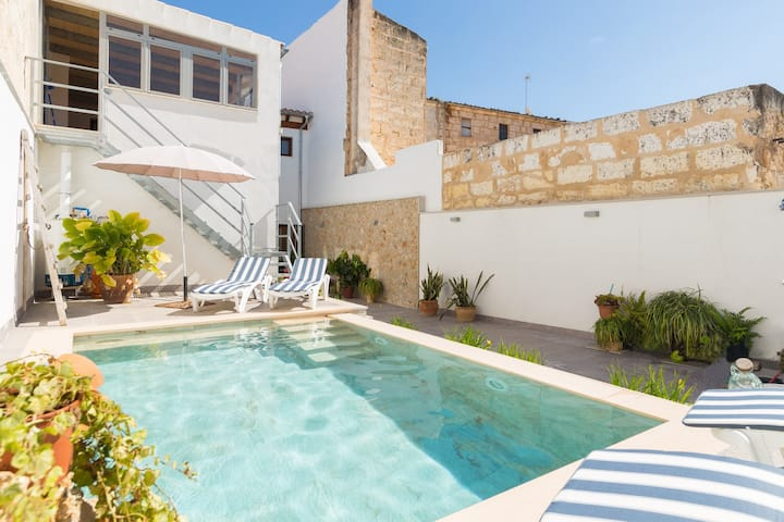 Can Peret. Town house with pool in the north area.
