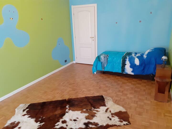 Grande stanza con sfumature vivaci e colorate.