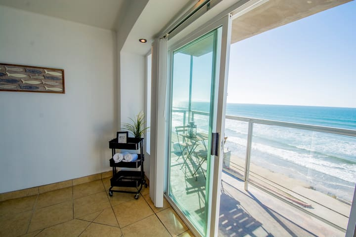 BEACHFRONT, sun, sand & fun - Cozy 1 Bdr Apt