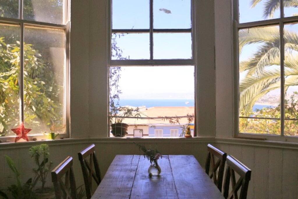 Comedor con vista a la bahía de Valparaíso.