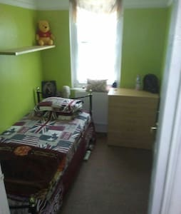 Nice small bed room in Quite place - Morden - Wohnung