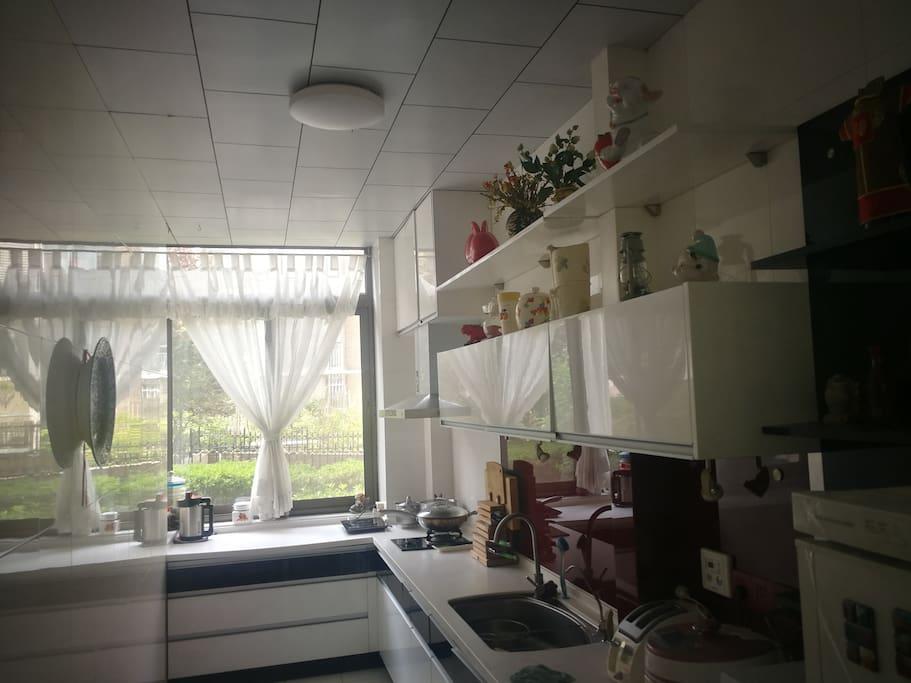 厨房宽敞设备齐全
