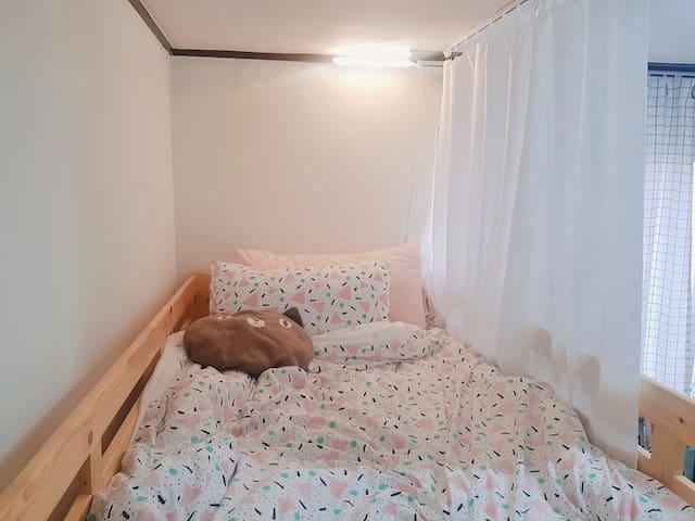 A.서울시내 교통좋은 2호선 핫한 건대입구역 여성전용 2인실 도미토리 2층침대(윗층)