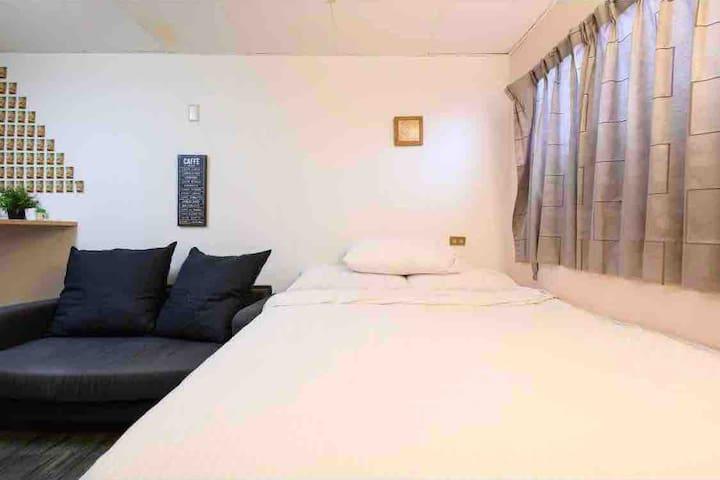 房號303,MRT5分鐘,室內吧台桌的雙人獨立套房!Free wifi