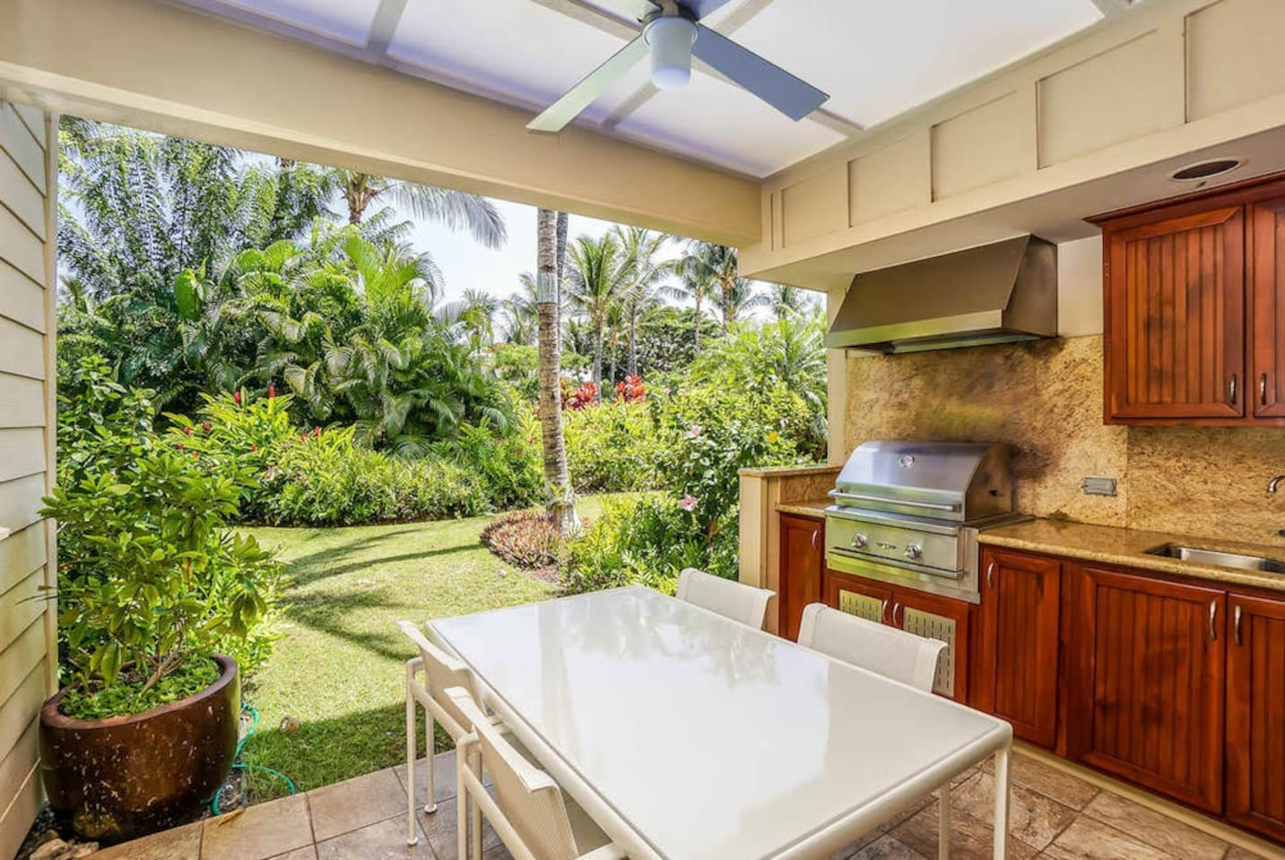 Lanai with patio table & BBQ