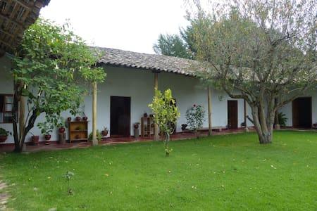 Casa de campo con tres habitaciones - Baños del Inca - Дом
