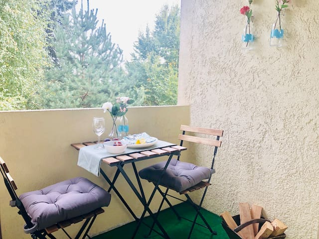 Comfortable balcony, very quiet atmosphere and a beautiful green view to trees and gardens!