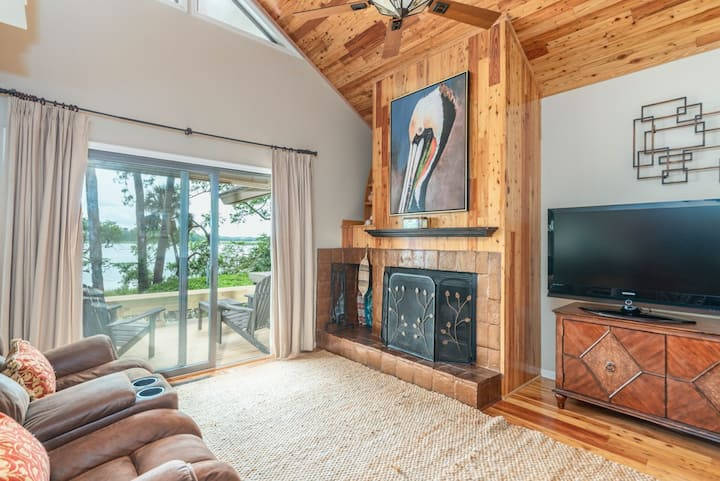 Updated Villa with marsh views, wifi and movie room; pet friendly