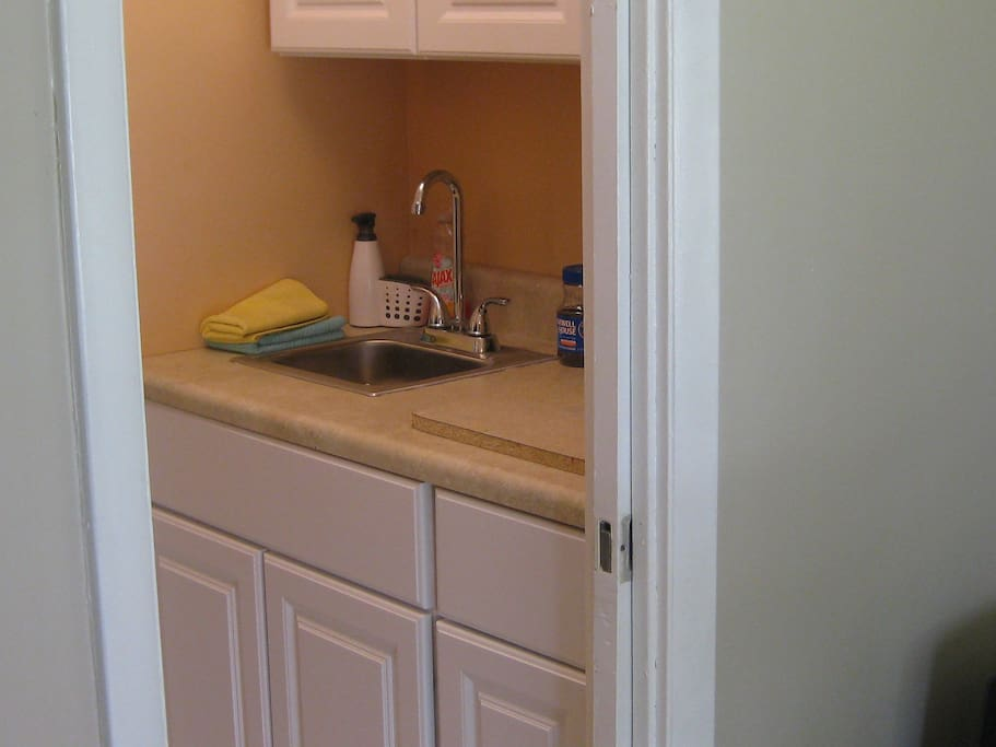 kitchenette with small fridge and heating plate