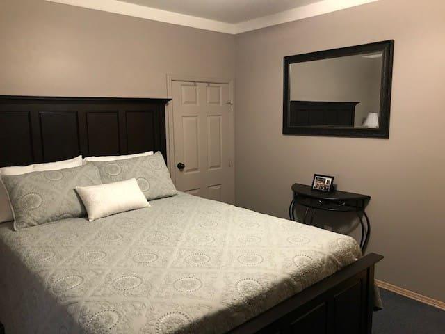 Bedroom - Queen Size Bed - Pic 3