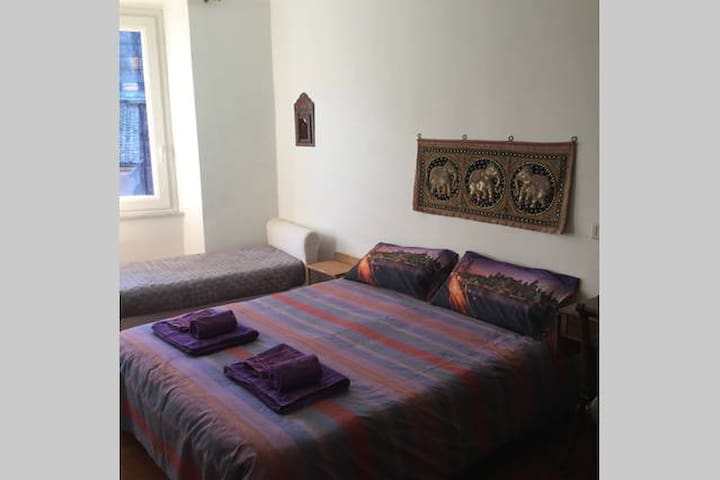 Letto Matrimoniale e Letto Singolo/Double-bed and single bed with towels.