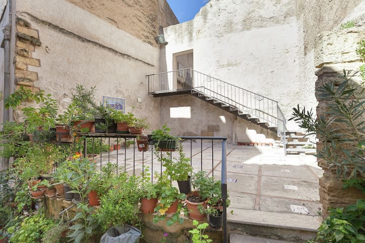 An elegantly furnished house, located in Calatafimi-Segesta old town in Sicily.