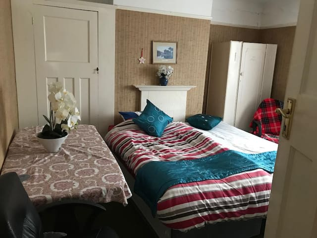 Large Double/Twin Room: Fast Access Central London
