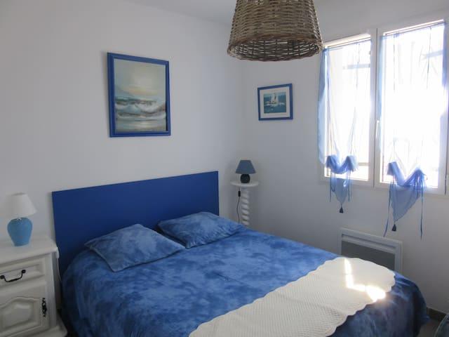 chambre bleue proche mer accès terrasse