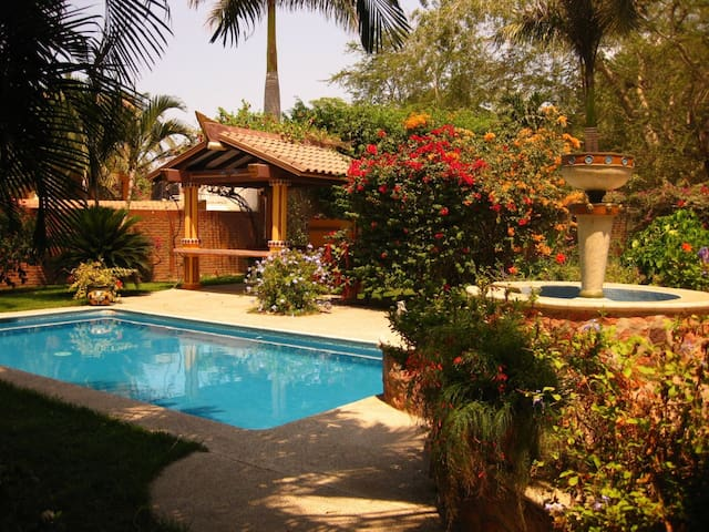 Large 3 Bedroom Home close to town center & beach. - Bucerías - Hus