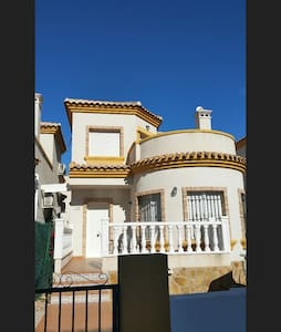 Lovely 3 bedroom with air-con villa - Los Montesinos - 独立屋
