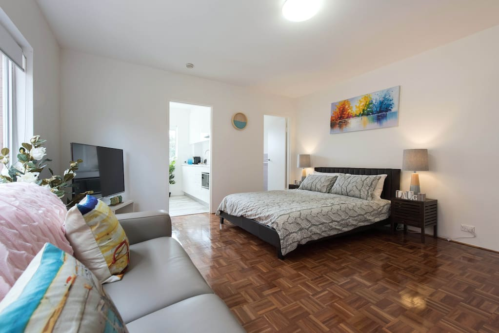 Newly renovated modern apartment, 5 minutes from amazing Bronte beach!