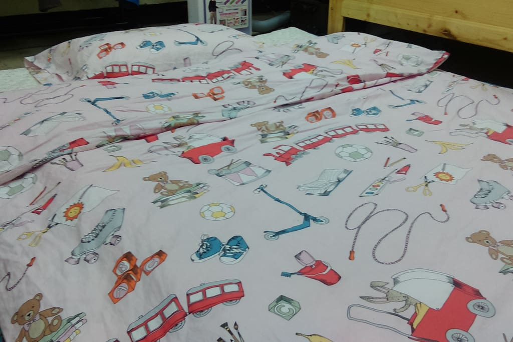 我們使用環保無毒的洗劑,隨機更換洗淨烘乾的床墊被褥。