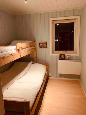 Soverom 2. Køyeseng 120 og 80 seng. Barneseng/Lekegrind tilgjengelig på stedet om ønskelig.