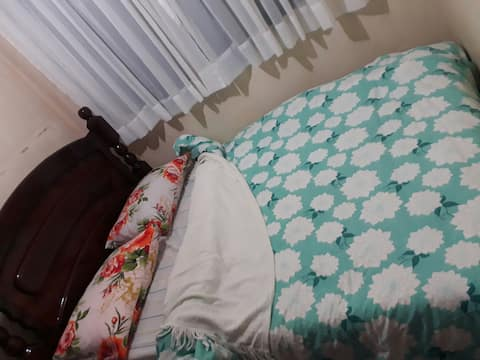 Um quarto de casal em Chácara tranqüila de família