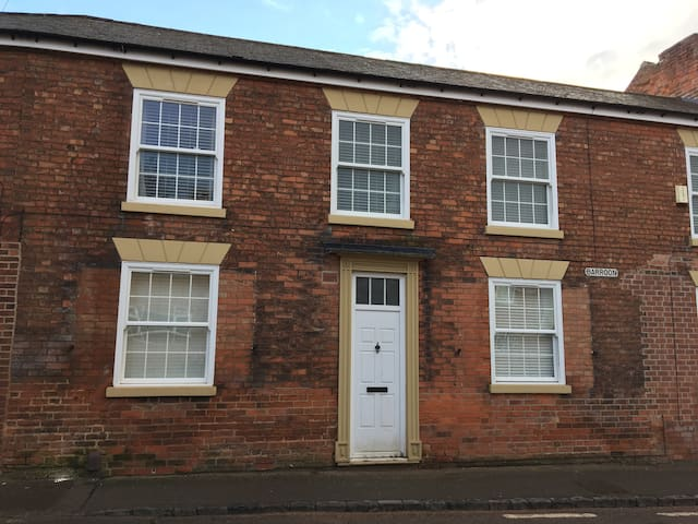 2-Bed Serviced Flat in Castle Donington